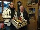 Ulrich Zeni von der Tiroler Landwirtschaftskammer überreicht Wilfried Amann einen Geschenkskorb als kleines Dankeschön