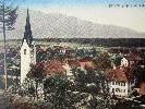Ansichtskarte mit der Alten Pfarrkirche Nofels sowie der Volksschule, GH Löwen und dem Armenhaus
