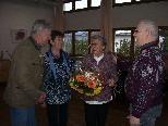 Blumen für die 65.000ste Besucherin des Seniorentreffs - Ida Kaufmann.