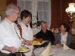 Camill und Irmgard Raidt servierten nach 265 Jahren Gasthaustradition Altbürgermeister Josef Geißler und Gattin Marianne die letzten Hennele.