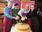 LR Erich Schwärzler, Theresia Schneider, Toni Innauer und Michael Moosbrugger beim Käseanschnitt.