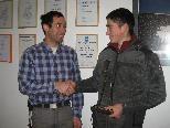 Lehrlingsausbilder Mathias li. gratuliert seinem Lehrling Kurt