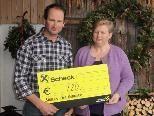 """Margit und Arnold Muxel freuen sich, """"Bauern für Bauern"""" unterstützen zu können. (Foto: dif)"""