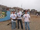 Markus (Mitte) mit Freddy (r.) und Sergio in den Slums von Lima.