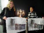 Sharaon und Mama Sabine mit den signierten Kunstwerken von Haegue Yang