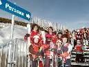 Skilehrer und Kinder freuen sich über die neue Verbindung.