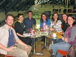 Bunt gemische Truppe beim Deutsch-Tisch aus England, Frankreich, Spanien, Armenien, Brasilien und der Ukraine