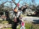 Die Kinder vor ihrer Schule
