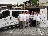 """Ein Teil des Vereins """"zämma leaba"""" freut sich über den vereinseigenen Bus"""