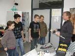 Ronald Hofer erklärt den Schülern den Umgang mit dem Malerwerkzeug