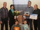 Armin Fröwis li. + Johannes Bolter re. vom Alpenverein überreichen Präsente an das 20.000. Mitglied
