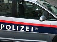 Der türkische Fußballfan setzte sich erst auf die Motorhaube eines Polizeiautos, am Ende saß er drinnen.