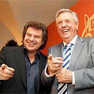 """Doch nicht alles heile Welt beim """"Musikantenstadl""""? Andy Borg und Karl Moik üben sich in Strahlemann-Posen."""