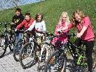 Amanda, Katja, Belinda, Roland und Marcel sammeln bereits eifrig Kilometer.