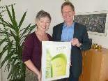 """Bgm. Richard Amann gratuliert Sabine Hopfner zum Gesundheitspreis für """"emsischfit""""."""
