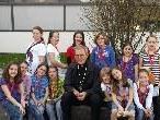 Bischof Elmar Fischer besuchte die Kinder am Spielefest.