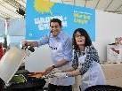 Bürgermeister Harald Köhlmeier bewies mit Vizebürgermeisterin Evi Mair kulinarisches Können.