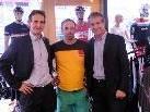 Bürgermeister Markus Linhart (re.) und sein Bruder Johannes (li.) gratulierten Christian Pauger.