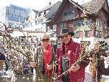 Caroline Nigsch und Erwin Riedesser genießen den Frühling am Marktplatz.
