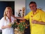 """Christine und Jürgen Hehle laden zum Prosecco-Empfang im """"Treff am See""""."""
