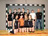 Der Sponsor (rechts) und die Volleyballerinnen