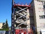 Die Balkone und Außenfassaden werden teilweise abgetragen.