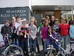 Die Firmlinge der Pfarre Bruder Klaus putzen einen Nachmittag lang Fahrräder für die Opfer der Katastrophe in Japan.