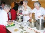 Die Frauen des Missionskreises St. Karl hoffen auf regen Besuch beim Suppentag.