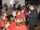 """Die Kindergruppe versabschiedete """"ihren"""" Missio-Pfarrer."""