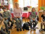 Die Pädagogin Gantner Beate mit ihrer Schulhündin Nera im Unterricht