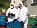 Gerhard Reichart und Hans Haueis bei der Problemstoffsammelstelle in Tosters.