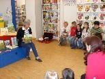 Gespannt lauschten die Kinder der Lesung von Elisabeth Ebenberger