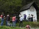 Gläubige bei der Kapelle auf der Tschaggunser Kresta (Bild: 1. Mai 2010)