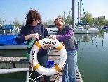 Heidi Stenzel und Jutta Schneider bei der Hafenpflege