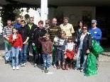 Kinder und Erwachsene sammeln jenen Müll ein, der von anderen Mitmenschen sorglos weggeworfen wird