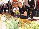 Lina und ihr Papa besorgten den Osterstrauß auf dem Marktplatz.