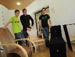 Lukas Dörler, Philipp Feurstein und David Fechtig zeigen stolz ihre Kreationen.