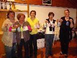 Manuela, Hertha, Maria, Ingeborg und Leiterin Heidi Krischke präsentieren die bis jetzt fertigen Mützen