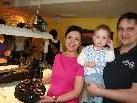 Manuela und Markus Podhradsky mit der kleinen Mia.
