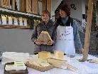 Marktverkäuferin Elisabeth Hartmann mit Sohn Johannes am Tschaggunser Winterbauernmarkt.