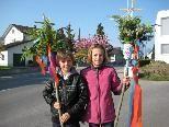 Mit Freude trugen Janine und Lukas ihre Palmbuschen zur Segnung.