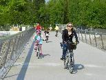 Mit Kind und Kegel über die neue Radbrücke