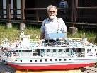 """Modellbauer Fridolin Märk, Urgestein des Vereins mit seinem selbst entworfenen und gebauten """"Cruising Boat"""""""
