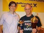 Obmann Manfred Mayr überreichte Peter Mittelberger den Siegerpokal.