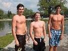 Patrik, Lukas und Pascal stürzten sich bei gefühlten 15 Grad Temperatur ins kühle Nass