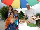 Peter Rheinberger punktete mit dem Brotbacken bei den kleinen und großen Gästen.