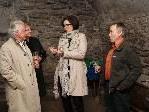 Referentin Bernadette Huber und Winzer Franz Nachbaur mit Teilnehmern des Weinseminars im Röthner Schlössle