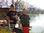 Sebastian und David kommen am Wochenende mit ihrer eigenen Angelausrüstung zum Fischen