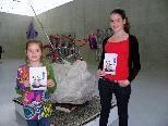 """""""So machen wir es"""" -  zeigen Jorunn und Giannina den Ausstellungsgedanken"""