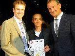 Stadtmarketing-Leiter Eric Thil, Künstler Edgar Leissing und BM Markus Linhart präsentieren das neue Stadtmagazin
